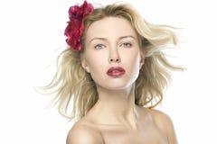 Schönes Art und Weisefrauenportrait mit den roten Lippen Lizenzfreies Stockfoto