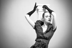 Schönes Art und Weisemädchen auf dem grauen Hintergrund Stockfotografie