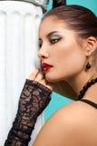 Schönes Art und Weisemädchen auf dem Türkishintergrund Lizenzfreies Stockfoto