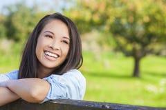 Schönes asiatisches eurasisches Mädchen, das mit den perfekten Zähnen lächelt lizenzfreies stockbild