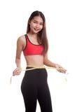 Schönes asiatisches gesundes Mädchen, das ihre Taille misst Lizenzfreies Stockbild