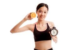 Schönes asiatisches gesundes Mädchen mit Orange und Uhr Lizenzfreies Stockfoto
