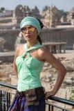Schönes asiatisches Mädchen auf dem Hintergrund von alten Ruinen Stockbild