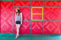 Schönes asiatisches Mädchen, das auf Strandbungalow sich entspannt Stockfoto