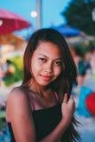 Schönes asiatisches Mädchen, das Ferienpartei auf dem Strand in Asien hat lizenzfreie stockbilder