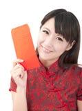 Schönes asiatisches Mädchen, das roten Beutel anhält Stockfotografie