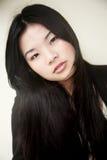 Schönes asiatisches Mädchen im Schwarzen Lizenzfreie Stockbilder