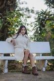 Schönes asiatisches Mädchen im Wintermantel lizenzfreie stockfotos