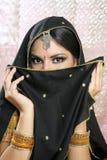 Schönes asiatisches Mädchen mit schwarzem Schleier auf Gesicht Stockbilder
