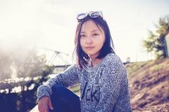 Schönes asiatisches Mädchenschulmädchen 15-16 Jahre, Porträt draußen, Stockfotos