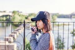 Schönes asiatisches Mädchenschulmädchen 15-16 Jahre, Porträt draußen, Lizenzfreies Stockfoto