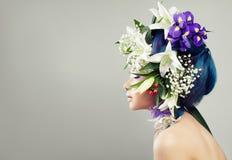 Schönes asiatisches vorbildliches Woman mit Blumenfrisur stockbild