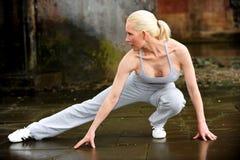 Schönes athletisches blondes Ausdehnen Lizenzfreies Stockfoto