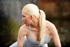 Schönes athletisches blondes Ausdehnen Stockfoto