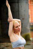Schönes athletisches blondes Ausdehnen Lizenzfreies Stockbild