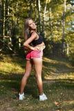 Schönes athletisches Frauenausdehnen lizenzfreies stockfoto