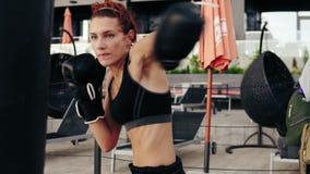 Schönes athletisches Frauenverpacken, Sandsack draußen Training draußen Weibliches Boxer-Training Notwehrkonzept stock video footage
