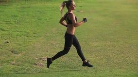 Schönes athletisches Mädchen, das auf der rechten Seite läuft stock footage