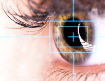 Schönes Auge mit Laser Stockfotos
