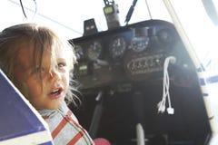 schönes Baby, das im Cockpit eines kleinen Zweisitzers sitzt lizenzfreies stockbild