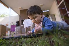 Schönes Baby, das im Gras beunruhigt stockfotografie