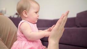 Schönes Baby, das mit den Vatihänden spielt Glückliche Zeit mit Vater Süße Kindheit stock video
