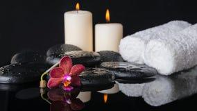 Schönes Badekurortkonzept von Zensteinen mit Tropfen, purpurrote Orchidee (p Stockbilder