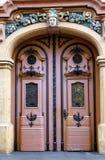 Schönes barockes Tor mit metallischen Anwendungen lizenzfreie stockbilder