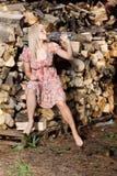 Schönes Bauernmädchentrinken Stockfoto