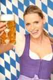 Schönes bayerisches Mädchen mit Bier Stockbild