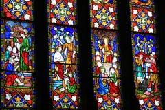 Schönes Beispiel der Kunstfertigkeit in den Buntglasfenstern auf dunklem Hintergrund Lizenzfreies Stockfoto