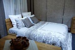 Schönes Bett lizenzfreie stockbilder