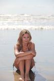 Schönes Bikinimädchen am Strand Stockfotos