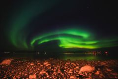 Schönes Bild von enormer mehrfarbiger grüner vibrierender Aurora Borealis, Aurora Polaris, wissen auch als Nordlichter in Norwege lizenzfreie stockbilder