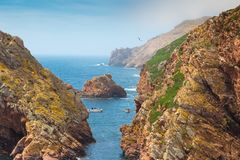 Schönes Bild zwischen Felsen zum Ozean, Berlengas, Portugal Lizenzfreies Stockfoto
