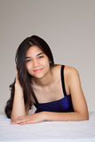 Schönes biracial jugendlich Mädchen, das sich, entspannend hinlegt Lizenzfreie Stockfotografie
