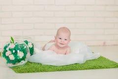 Schönes blauäugiges Baby, das auf Bauch liegt Stockbilder