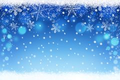 Schönes Blau verwischte Weihnachts- und Winterschneehimmel bokeh Hintergrund mit Kristallschneeflocken