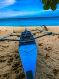 Schönes blaues Fischerboot am Strand Stockbild