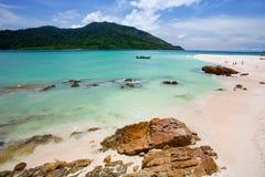 Schönes blaues Meer und Sand Stockfotos