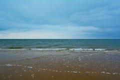 Schönes blaues Meer und sandiger Strand, Nordmeer, Holkham-Strand, Vereinigtes Königreich Lizenzfreies Stockbild