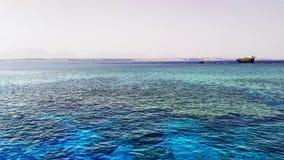 Schönes blaues Rotes Meer mit Schiffbruch am Hintergrund nahe der Tiran-Insel stockfotos