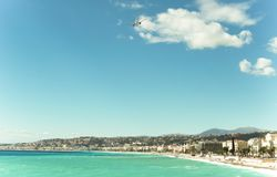 Schönes blaues Sommermeer und Strand, blauer Meerwasser-Wellenhorizont stockbild