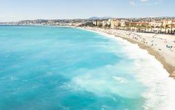 Schönes blaues Sommermeer und Strand, blauer Meerwasser-Wellenhorizont stockfotografie