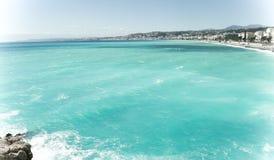 Schönes blaues Sommermeer und Strand, blauer Meerwasser-Wellenhorizont lizenzfreie stockfotos