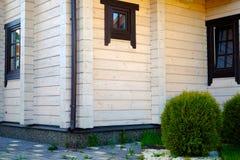 Schönes Blockhaus auf einem Hügel mit Windows Stockbild