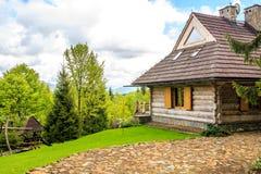 Schönes Blockhaus im Wald Stockfotos