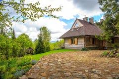 Schönes Blockhaus im Wald Stockfoto
