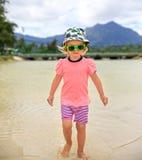 Schönes blond-haariges Mädchen, das auf den Strand geht Lizenzfreies Stockbild
