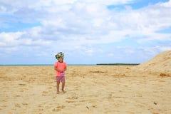 Schönes blond-haariges Mädchen, das auf sandigen Strand geht Stockbilder